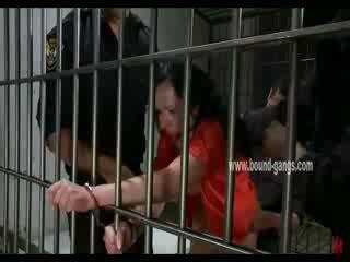 Gagged brunett inmate gets henne rumpa aggressively körd av en bunch av kåta officers