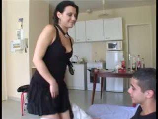 Il prend la fille par üllatus et ejacule dans sa chatte