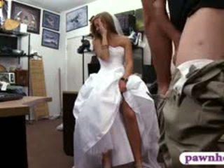 Мадама pawns тя сватба рокля и railed от pawn пазач