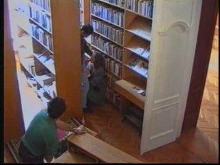 Krievi meitene uz bibliotēka 1