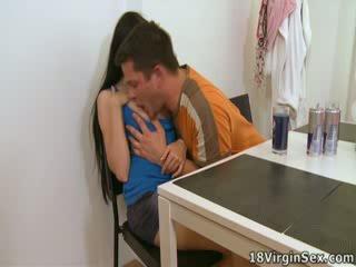 Ami has een man's dong binnenin haar voor de eerste tijd, loving het.