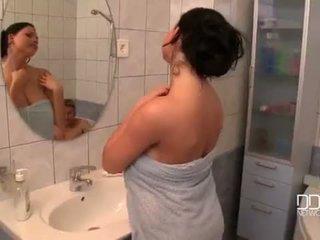 Berair payudara istri pancuran air video