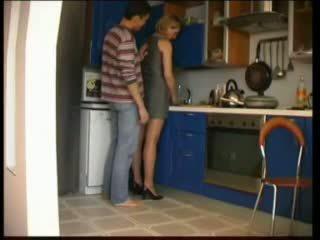 Vene emme fucks sisse köögis