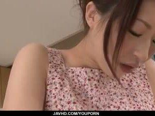 Riko oshima amadora miúda finger fucks em forte solo