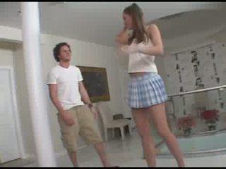 Hård avsugning från en 18 years gammal flicka video-
