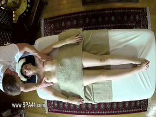 Непристойна masseur deepfucking його customers