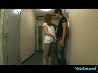 Azijietiškas mergaitė giving čiulpimas apie the corridor getting jos papai rubbed apie the lova į the kambarys