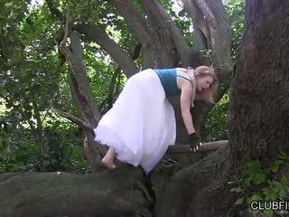 Madison trẻ thủ dâm barefoot trong các woods