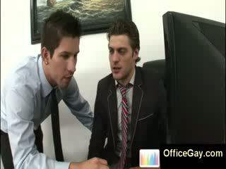 Homo guy apanhada masturbação em trabalho em escritório