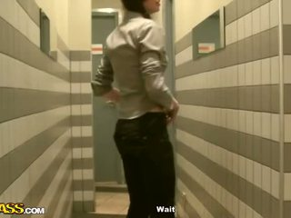 Nxehtë vajzat publike tualet deri në fyt i two rods