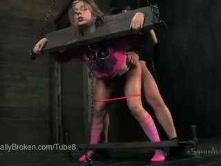 Petite blonde en stocks et blindfold, suçage bite