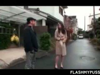 Ninfomane asiatico tramp fare pipì all'aperto e flashing grande tette