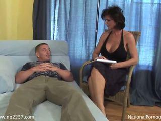 Busty máma jsem rád šoustat shags s ji mladý nadržený pacient