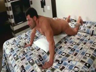 Beefy lihaksikas homo pojat beating pois 3 mukaan gotmasked