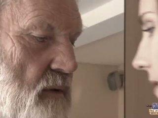 Teenie chica en dolor fucks viejo hombre para picante oblivion