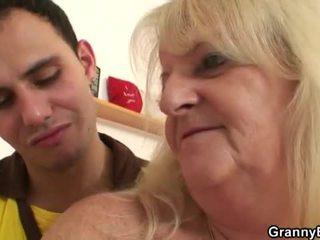 Cachonda abuelita pounded por joven dude
