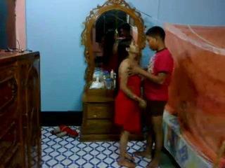 Honeymoon 印度人 pair 在 他們的 臥室