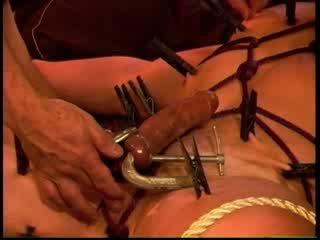 Eric michaels eier squeezed von clamps während clothespins are placed bis squeeze jeder inch von skin.