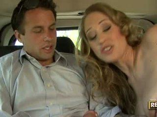 Hot blondie abby rode deliciously pleasures henne munn med en kuk plugged på det