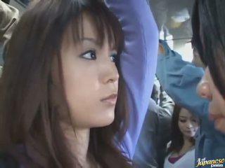 سكرتيرات لقطة من ل جذاب الصينية في ل crowded حافلة