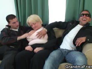 Seks tiga orang pesta liar dengan mabuk perempuan tua