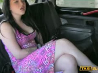 Tattooed grand nichons pute banged pour une gratuit taxi fare