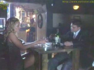 Μαλακία με τα πόδια υπό ο τραπέζι