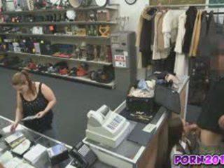 Evelyn gelmek etrafında the counter ve emmek benim floppi göğüsler