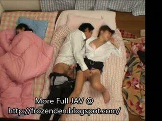 Trying untuk menjaga quiet sementara hubungan intim tidur step-daughters