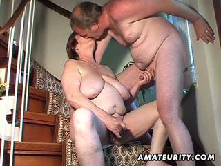 Apkūnu mėgėjiškas žmona žaislai ir sucks ir gets pakliuvom