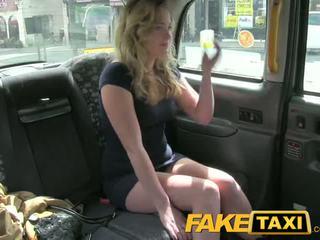 Faketaxi kåt unge tenåring takes på gammel kuk