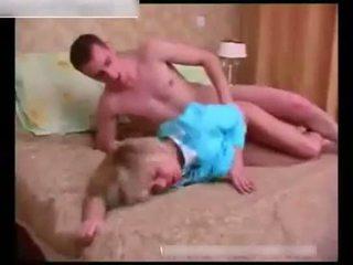 סקסי בוגר wakes למעלה a ישן צעיר guy ב the חדר שינה