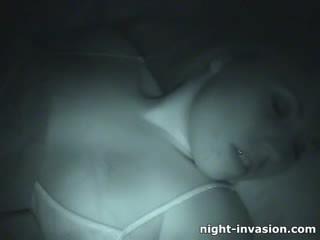 Bigtit perempuan fingered di tidur
