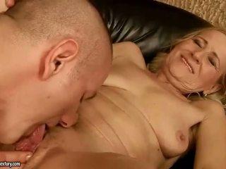 Sensuous grandmother dicklicking และ การทำ ความรัก youthful snake