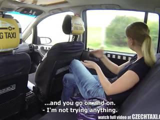 Tjeckiska taxi - blondin tonårs gets ritt av henne liv