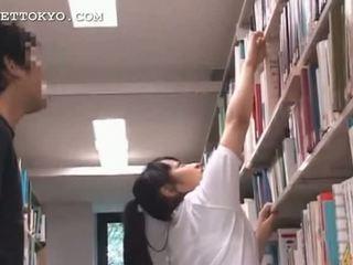 Graziosa asiatico giovanissima ragazza teased in il scuola