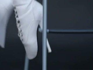 Mô hình trong mủ cao su catsuit và ballet khởi động.