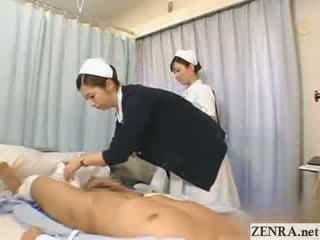 Jepang perawat practices dia memainkan kontol dengan tangan teknik