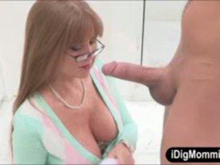 Rondborstig stiefmoeder darla crane anaal geneukt met tiener koppel