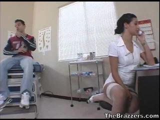 Secy 간호사 treats 그녀의 환자
