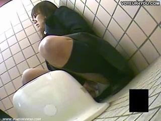 Hemligt toalett camera fönstertittare flickor masturbation