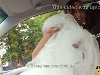 Stranded jeune mariée fucks en mariage gown par stranger