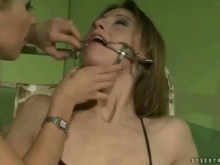 Κορίτσι του σχολείου punishing ένα slavegirl
