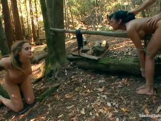Tied アップ chanel preston has 彼女の ブラウン tunnel bumped で a 森