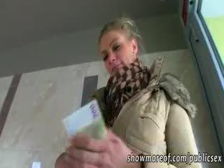 هائل الثدي adele pounded إلى نقود