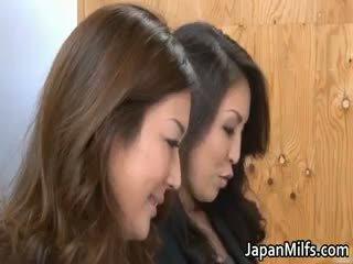 हॉर्नी जपानीस milfs सकिंग और फक्किंग part6