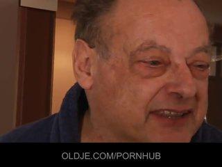 Vecchio brutto uomo cazzo two splendido giovane ragazze