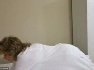 Oldnanny sexy mamá con ten masturbate en cama