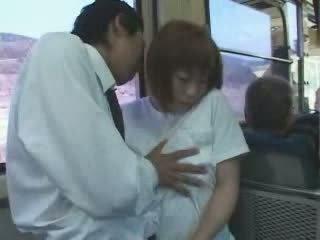Zralý japonská busty maminka tápal a fucked v autobus video