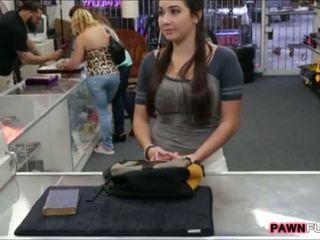 Hogeschool meisje trades haar boek voor een seks in de pawnshop